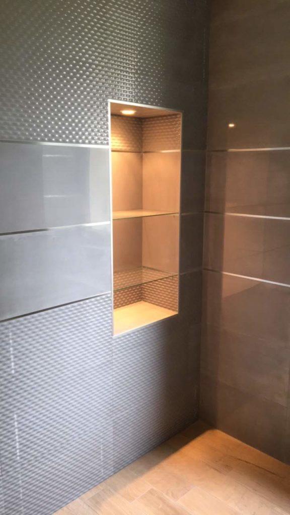 LCD - Pose de carrelage effet métal dans douche à l'italienne