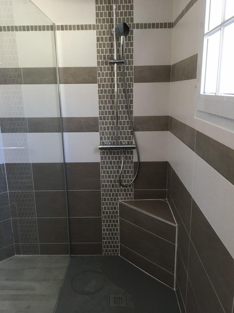 LCD - Pose de carrelage dans douche italienne avec assise