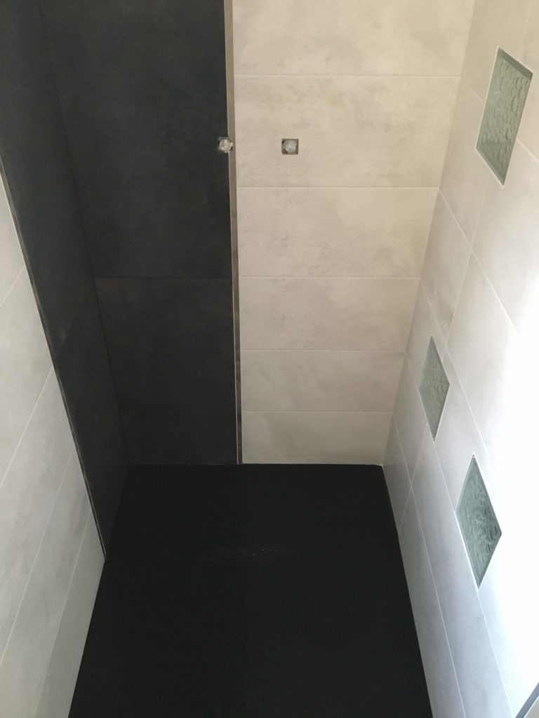 LCD - Pose de grands carreaux sols et murs dans salle de bains