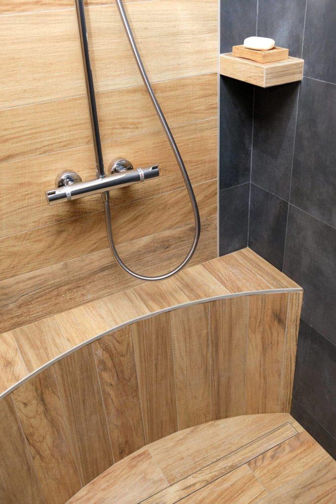 LCD - Pose de carrelage effet bois dans salle de bains