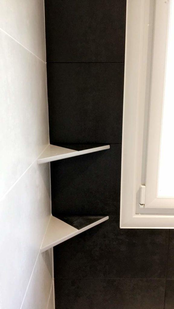 LCD - Pose d'étagère de douche en coin noir et blanc