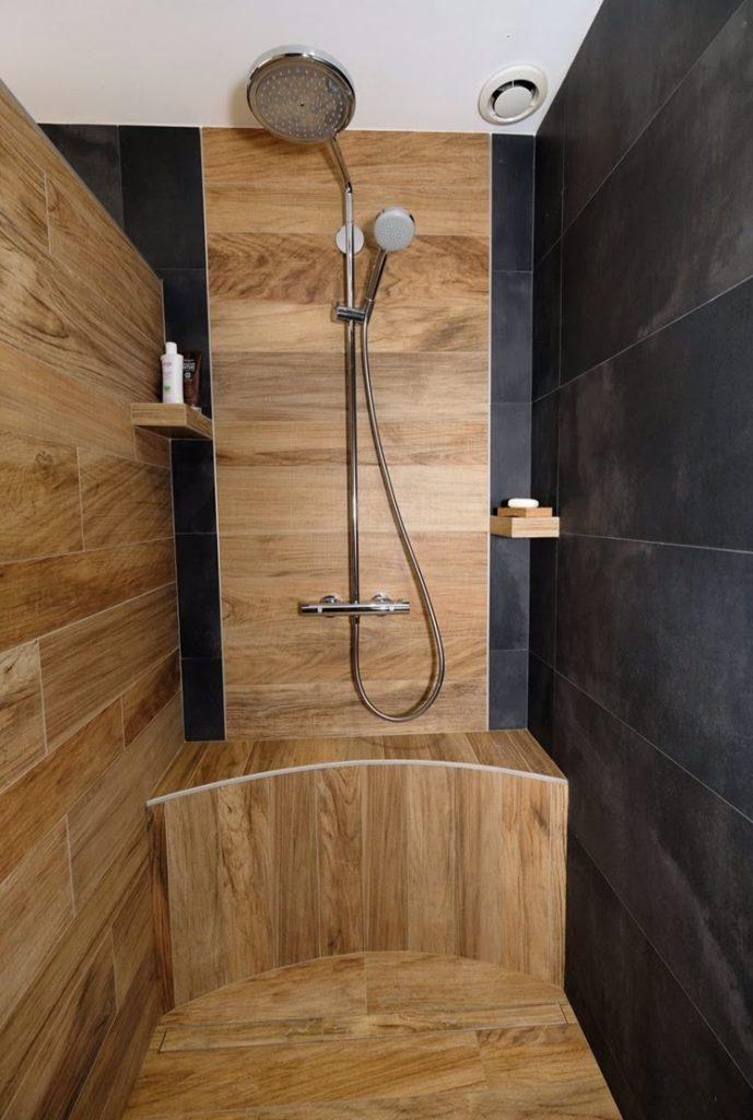 Pose de carrelage mural effet bois dans douche.