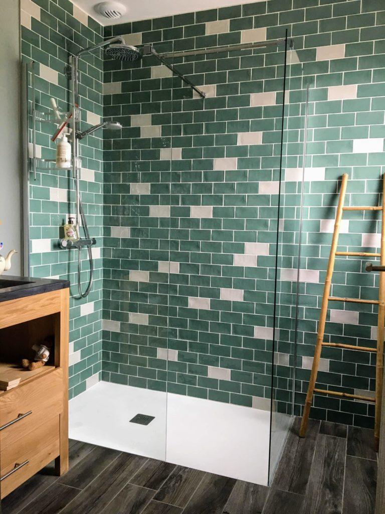 Carrelage effet brique vert et blanc dans douche à l'italienne.