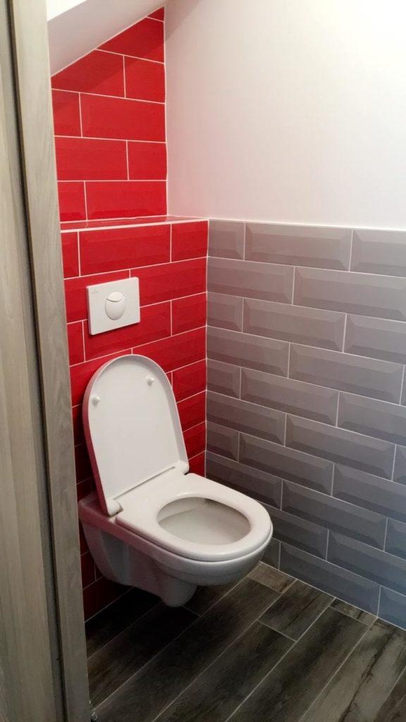 Pose de carrelage effet brique rouge et gris, dans sanitaires.