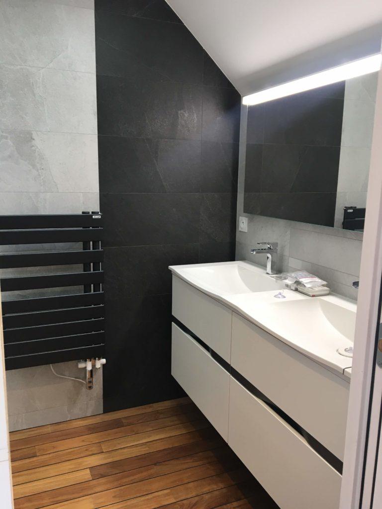 Aménagement de salle de bains : double vasque blanche avec sèche serviettes noir
