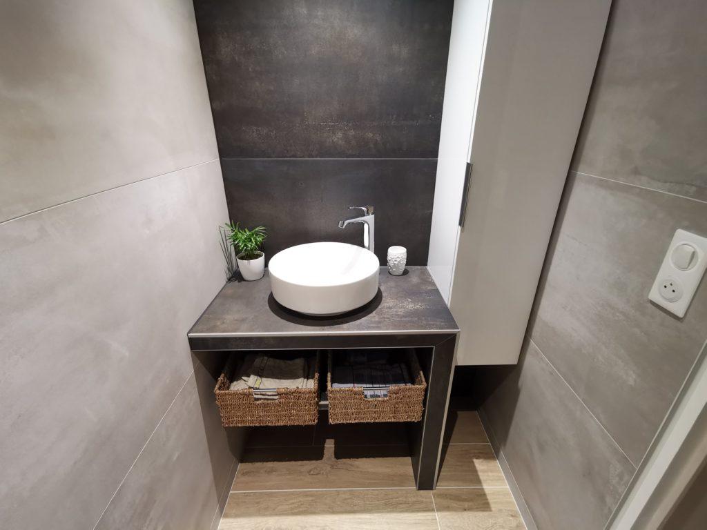 Aménagement d'une salle de bain avec grands carreaux