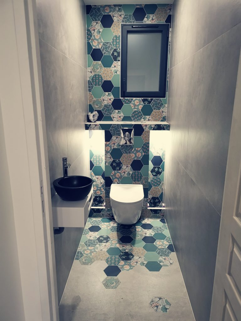 Jeux de carreaux hexagonaux dans sanitaires