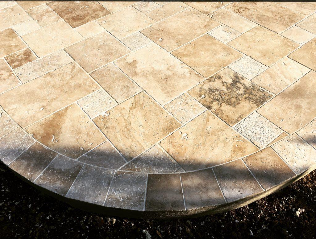 Pose d'une terrasse en dalles avec arrondi