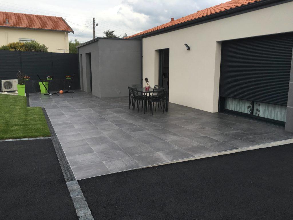 Terrasse extérieure avec carreaux gris.