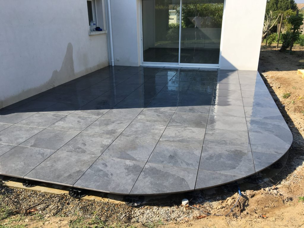 Terrasse grands carreaux gris avec arrondi.