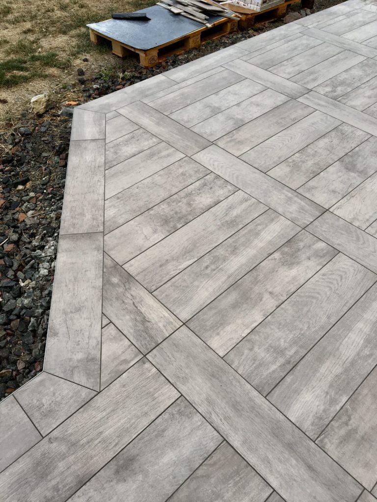 Terrasse avec carrelage effet bois.