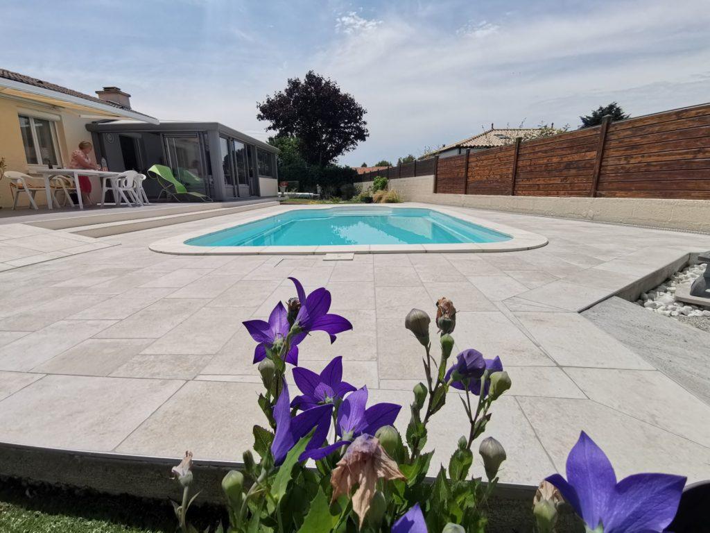 Terrasse avec piscine extérieure