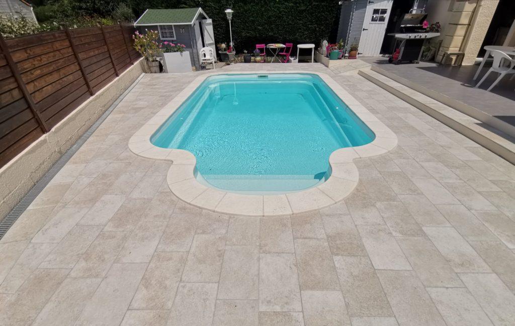 Terrasse autour de piscine extérieure