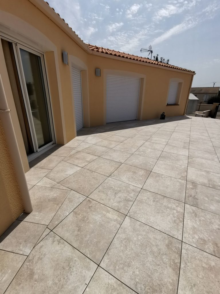Terrasse claire côté maison