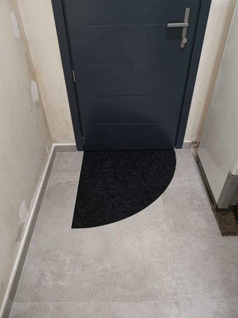 Découpe carrelage pour paillasse porte