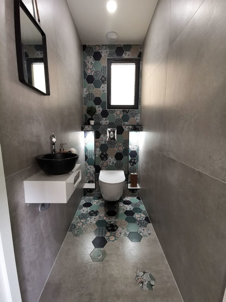 WC moderne carrelage hexagonal hétérogène