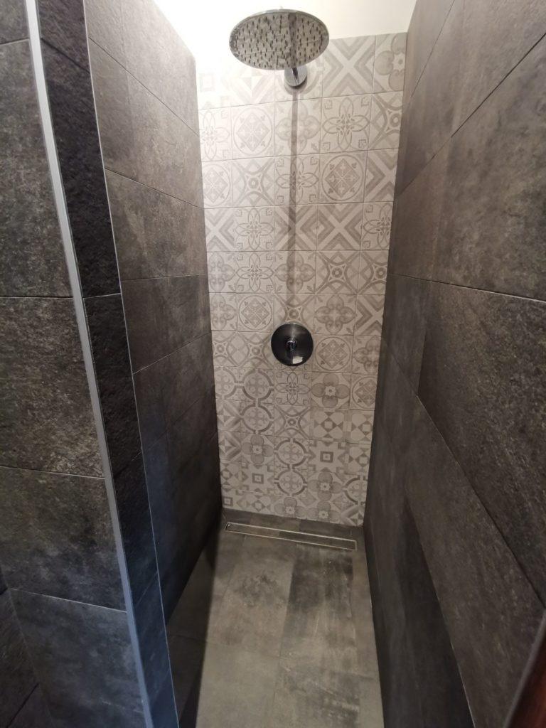 Carrelage à motif géométrique dans douche à l'italienne