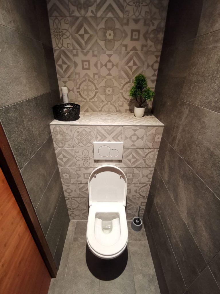 Carrelage à motif géométrique sur mur WC