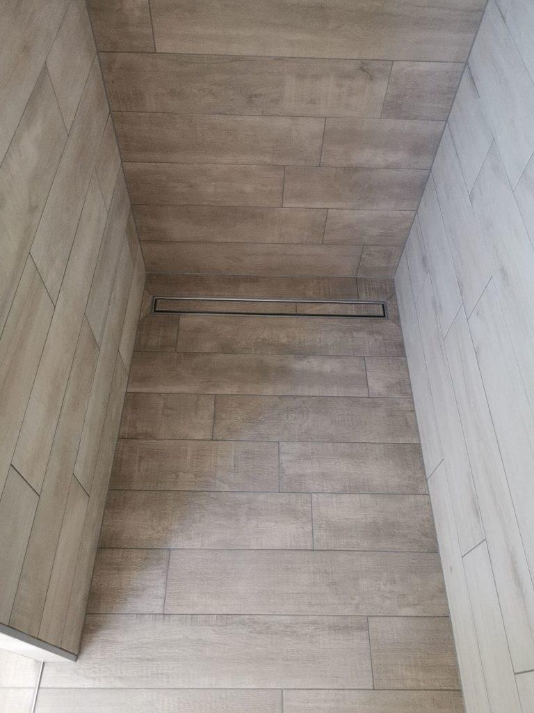 Carrelage total gris sur douche à l'italienne