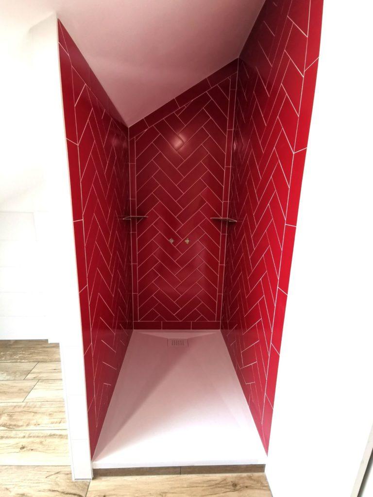 Carrelage rouge bac blanc douche italienne