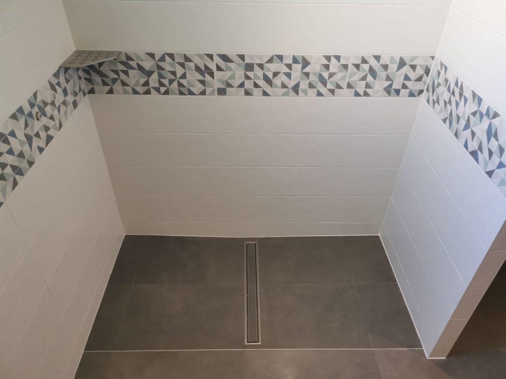 Carrelage frise dans douche italienne
