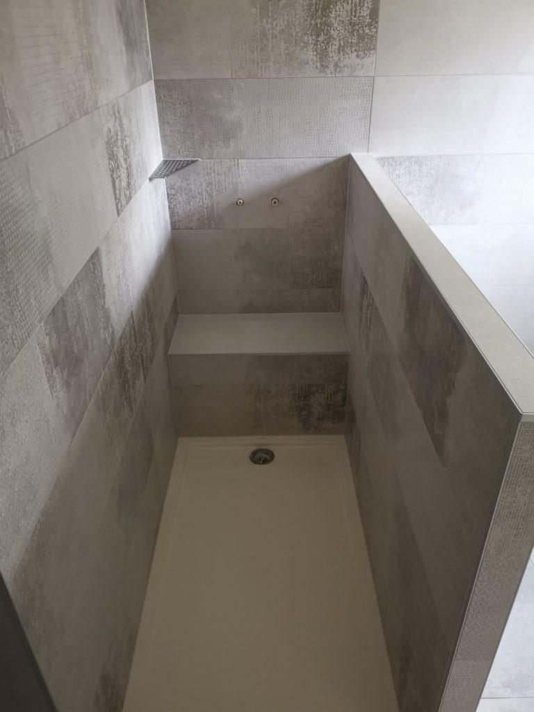 Carrelage style béton dans douche ouverte