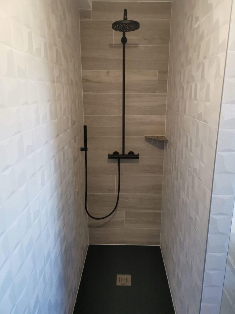 Carrelage bimatière dans douche à l'italienne